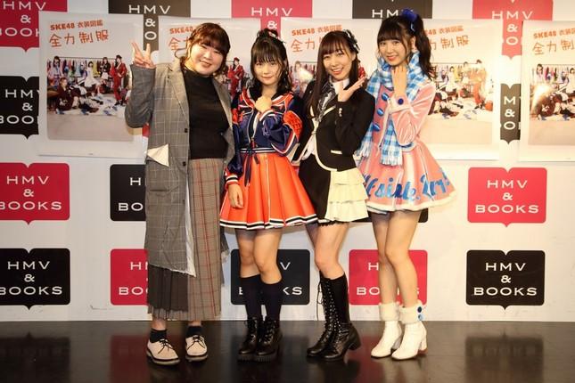 左から茅野しのぶさん、小畑優奈さん、須田亜香里さん、菅原茉椰さん。メンバーはそれぞれ、 シングル曲「無意識の色」(2018年)、「制服の芽」公演(2009~13年)、シングル曲「12月のカンガルー」(2014年)の衣装を着ている