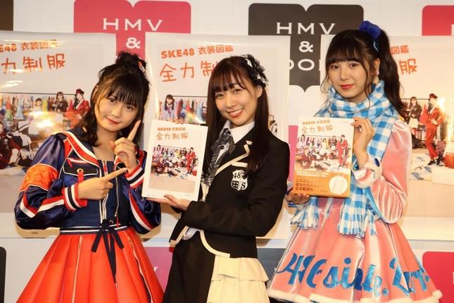 左から小畑優奈さん、須田亜香里さん、菅原茉椰さん。『SKE48衣装図鑑 全力制服』(宝島社)では、SKE48の10年の歴史を衣装で振り返ることができる