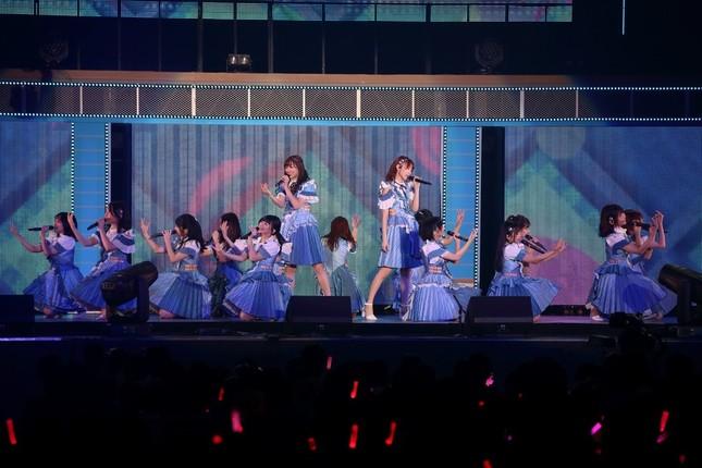 AKB48の「センチメンタルトレイン」(2018年)ステージ用衣装(2018年8月撮影)。総選挙2位の須田亜香里さんと3位の宮脇咲良さんがアシンメトリー(左右非対称)で対になっているのもポイントだ