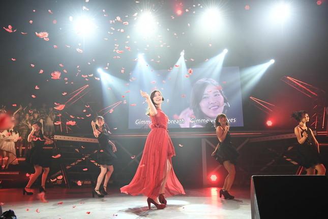 松井珠理奈さんが2018年9月16日、3か月ぶりにファンの前でパフォーマンスした楽曲は、ソロ曲「赤いピンヒールとプロフェッサー」(2015年)だった。黒いコートから赤いドレスへの「早替え」が印象的な曲だ (c)AKS