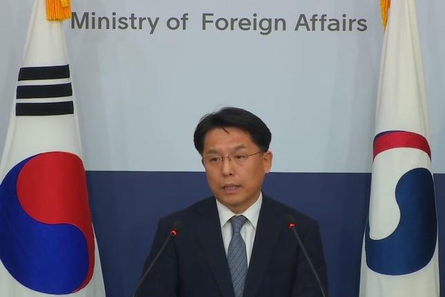 記者会見する韓国外務省の魯圭悳(ノ・ギュドク)報道官。現時点では「政府としては様々な可能性を検討している」と述べるにとどめている(写真は韓国外務省の動画から)