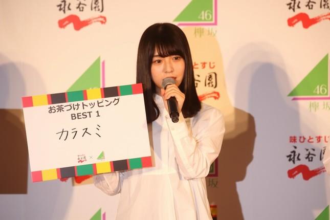 お茶漬けのトッピングとして「からすみ」を勧める欅坂46の長濱ねるさん。から すみは、長濱さんの出身地・長崎の特産品だ