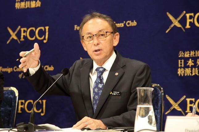 日本外国特派員協会で会見する沖縄県の玉城デニー知事