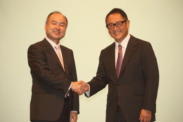 10月にはソフトバンクとの提携も発表した豊田章男氏(右)。左は孫正義氏