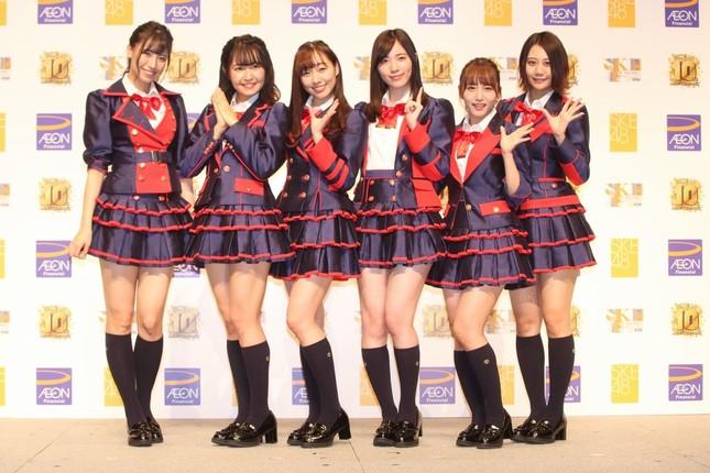 久々にイベントに登場したSKE48の松井珠理奈さん(左から4番目)。左から荒井優希さん、惣田紗莉渚さん、須田亜香里さん、松井さん、大場美奈さん、古畑奈和さん