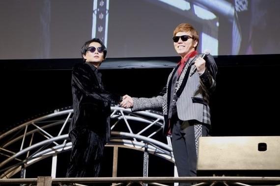 「U-FES」で握手を交わしたHIKAKINさんとワタナベマホトさん