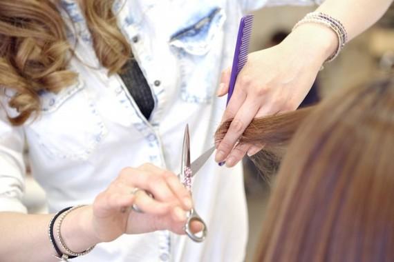 髪を切りに行く際は「襟の詰まってない服」がおすすめ