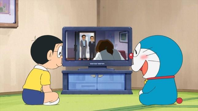 9日に放送された「ドラえもん」の一幕。テレビの中にはドラマ「相棒」でおなじみの杉下右京、冠城亘が。(C)藤子プロ・小学館・テレビ朝日・シンエイ・ADK