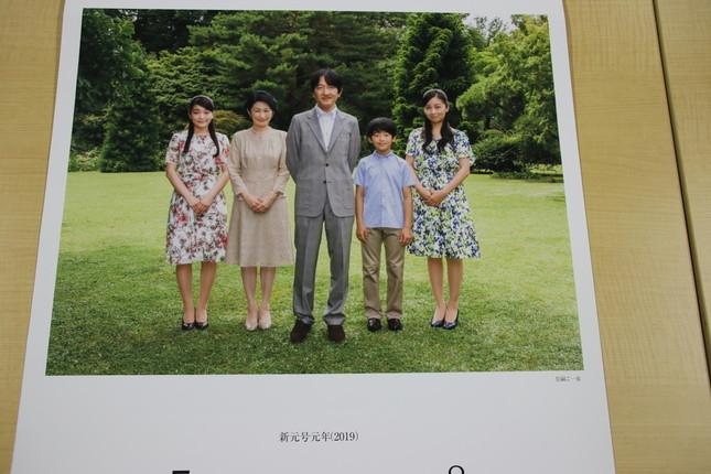 7月、8月は、秋篠宮殿下の写真。左から、真子さま、紀子妃殿下、秋篠宮殿下、悠仁親王、佳子さま。写真下には「皇嗣ご一家」の文字も(菊葉文化協会カレンダーより)