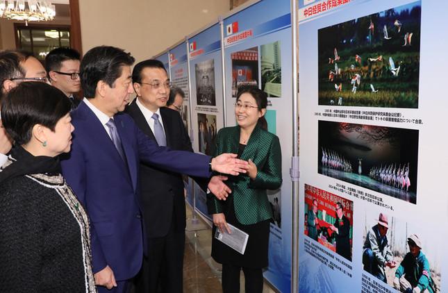 「日中経済協力写真展」を共に参観する安倍首相と李首相(内閣広報室提供)
