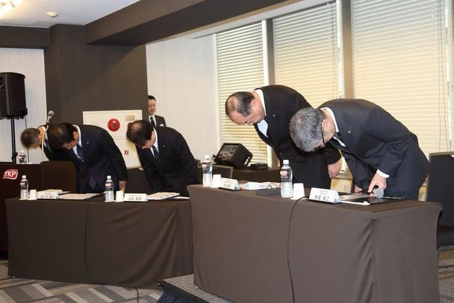 日本航空(JAL)パイロットの飲酒問題で記者会見を開き、頭を下げる経営陣。左から北原宗明・広報部長、佐々木敏宏・運航安全推進部長、植田英嗣・総務本部長、進俊則・運航本部長、赤坂祐二社長