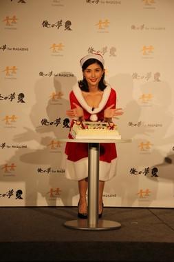 クリスマスケーキを前に笑顔を見せる橋本マナミさん