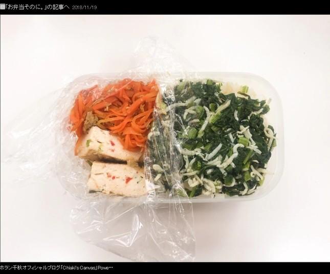 タッパー左上は「にんじんしりしり」、左下は「パプリカ入り鳥つくね」、右上は「カブの葉とシラスのふりかけをのせた米飯」(ホランさんの11月19日のブログから)
