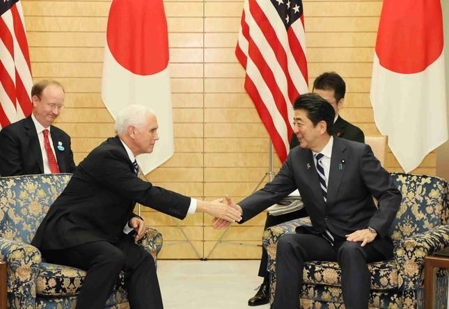 13日、ペンス副大統領と握手を交わす安倍首相。その胸の内は(首相官邸ウェブサイトより)