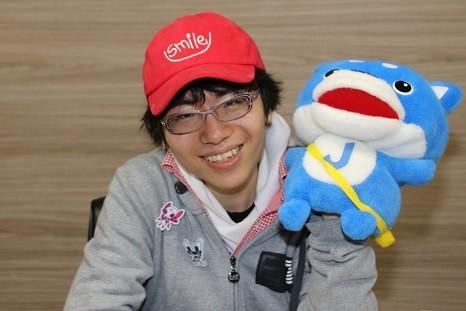 ゆうかんさんとJ-CASTニュースのキャラクター「カス丸」(2018年11月撮影)
