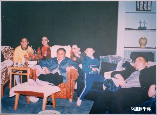重要会議が開かれた私邸で孫ら家族とくつろぐ鄧小平。娘の鄧琳が撮影し、鄧没後の1989年6月に公開された