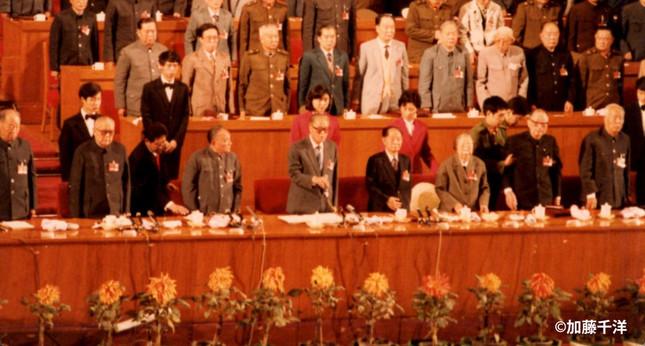 1997年秋の第13回党大会のひな段。最前列中央の趙紫陽総書記(右手をマイクに伸ばす)以外は第一線を退いたはずの長老たちばかり。鄧小平は趙の左隣)