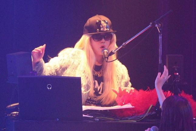 DJ KOOさんの仮装をするHKT48の村重杏奈さん。DJ KOOさんは「てか、オレより似てるんだけど!!」と驚いていた