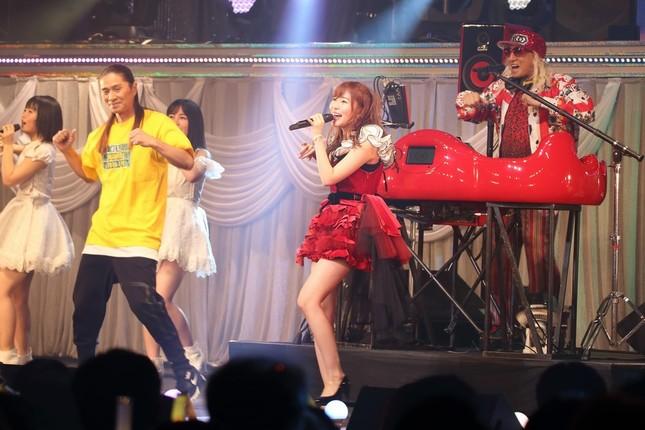 DJ KOOさんは、2018年1月に開かれた指原莉乃さんのソロコンサートで共演している