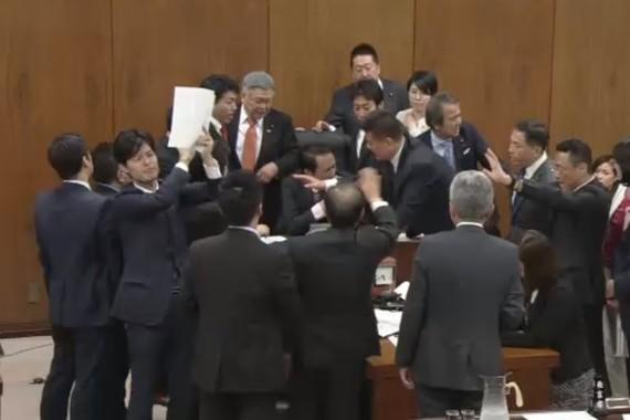衆院での実質的審議が17時間にとどまったことには批判的な論調が大半だった(写真は衆院インターネット中継から)