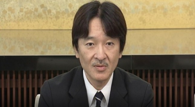記者会見で質問に答えられる秋篠宮さま(写真は宮内庁提供動画から)