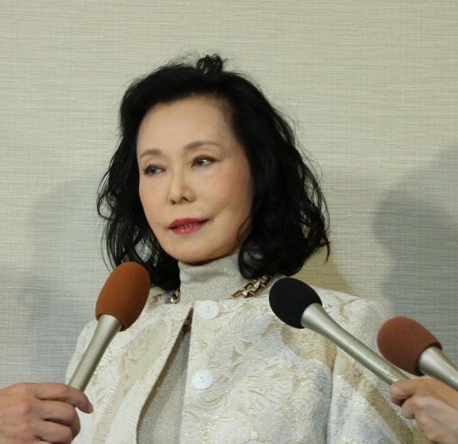 囲み会見に臨む藤田紀子さん