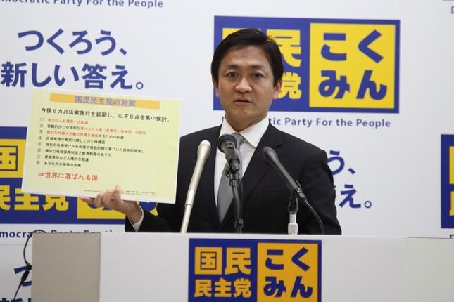 出入国管理法(入管法)改正案の「対案」について説明する国民民主党の玉木雄一郎代表