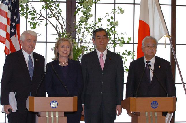 経団連会長時代の2011年(写真右)。ヒラリー・クリントン米国務長官、松本剛明外相(いずれも当時)らと