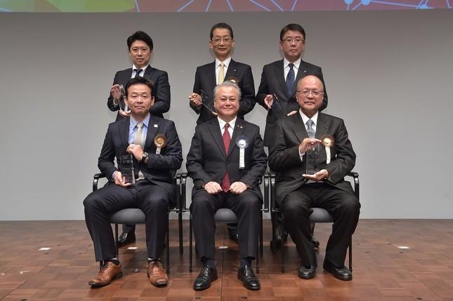 大賞を受賞した5社の代表者と鈴木厚生労働事務次官(中央)