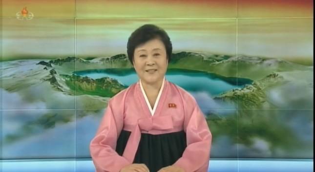 朝鮮中央テレビの李春姫(リ・チュンヒ)アナウンサー(75)。12月1日の番組に登場した