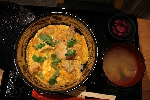 「親子丼」はシジミの味噌汁と漬物付き