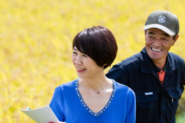 「いいお米が獲れた」班目義雄会長(右)と澁谷梨絵さん