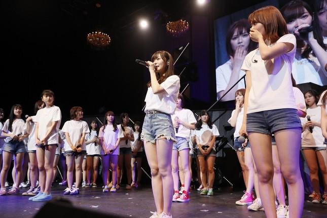 卒業発表する指原莉乃さん(中央)。あえてHKT48のメンバーには事前に知らせなかった(c)AKS