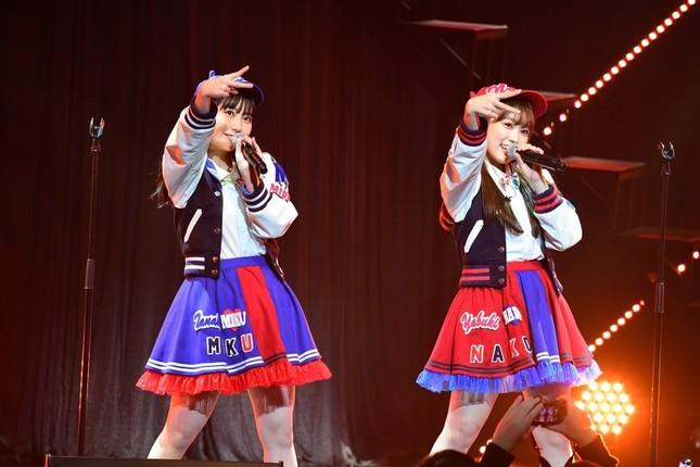 同期として活躍してきた田中美久さん(左)と矢吹奈子さん(右) (c)AKS