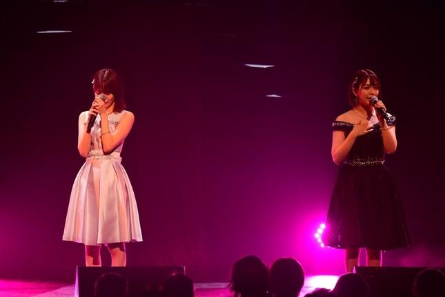 日韓合同ユニット「IZ*ONE(アイズワン)」メンバーとして2年半にわたってHKT48を離れる宮脇咲良さん(左)。同期で親友の村重杏奈さん(右)との共演で涙を流した (c)AKS