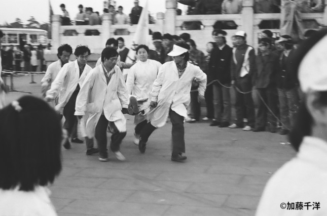 ハンストが続く広場では、衰弱した学生が病院に運ばれる光景が目撃された