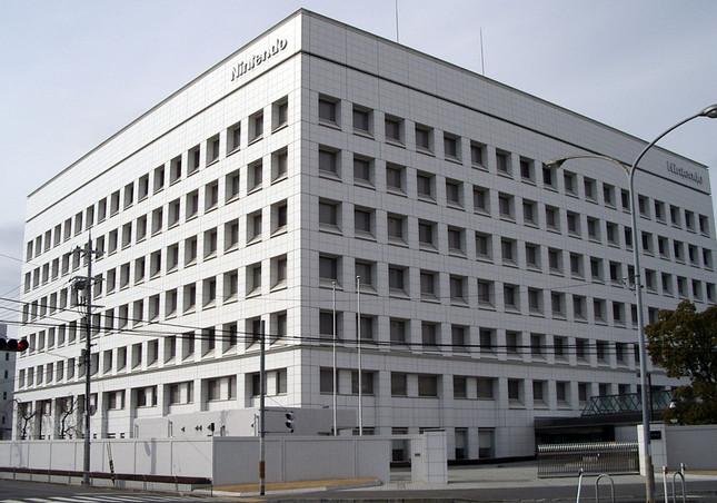 任天堂本社(Moja~commonswikiさん撮影、Wikimedia Commonsより)