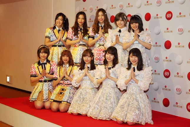 AKB48はタイのBNK48とコラボして「恋するフォーチュンクッキー」を披露する。前列中央が指原莉乃さん
