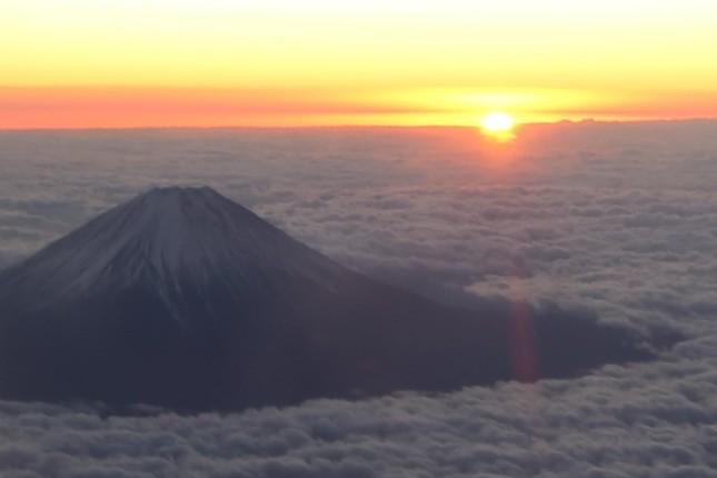 フライトは南アルプス市の上空19000フィート(約5800メートル)で初日の出を待った