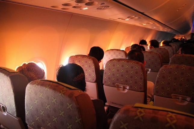 機内に赤い光が差し込むと、乗客から歓声が上がった
