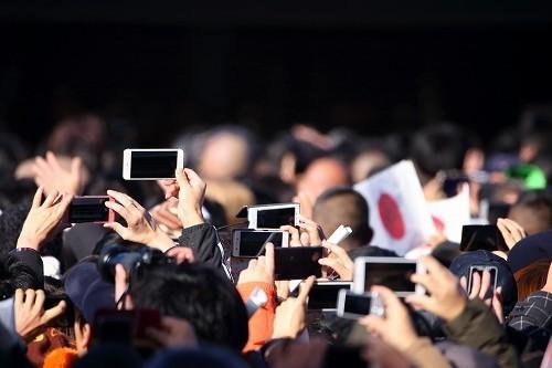 多くの人々がスマホで皇族方を撮影した