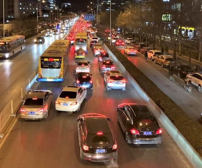 「中国のシリコンバレー」と呼ばれる北京市海淀区中関村を走る幹線道路の渋滞の様子(2019年1月2日22時ごろ撮影)
