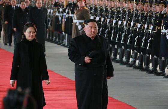 平壌から中国に向けて出発する金正恩・朝鮮労働党委員長。妻の李雪主(リ・ソルジュ)氏(写真左)も同行した(労働新聞ウェブサイトから)