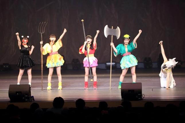 寸劇では河野太郎外相ばりのリアクションも…。左端が田中美久さん