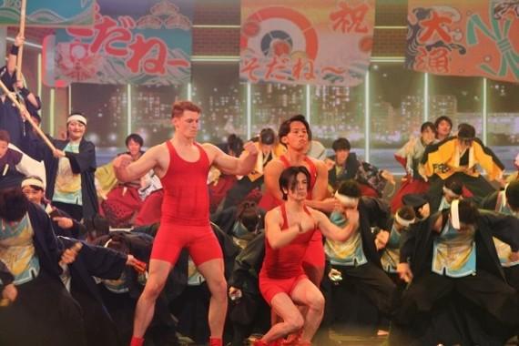 「筋肉体操」の扮装で紅白歌合戦のステージに登場した武田さん(写真中央)