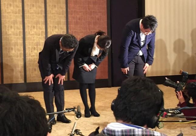 謝罪する(左から)松村匠・AKS運営責任者兼取締役、早川麻依子・NGT48劇場新支配人、岡田剛・同新副支配人