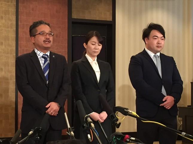 一連の事件について報道陣に説明する松村氏ら
