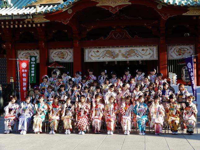 神田明神で1月14日、成人式をあげたAKB48グループの44人。最前列中央に座るのはNGT48の荻野由佳さん