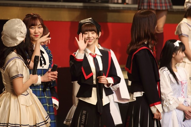 客席に向かって手を振る荻野由佳さん