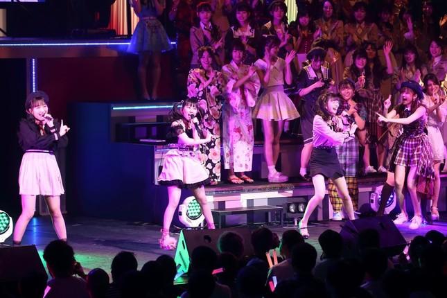 2位に入ったHKT48「ロマンティック病」。指原莉乃さんらがひな壇から応援した
